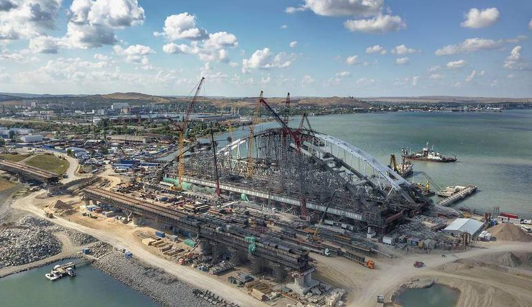 На Крымском мосту начали укладывать асфальт